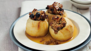 Crumble-filled apples