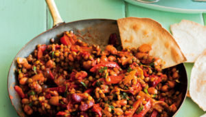Chilli con lentils with tortilla chips