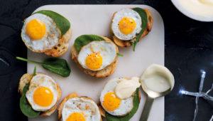 Mini eggs Benedict with bacon salt