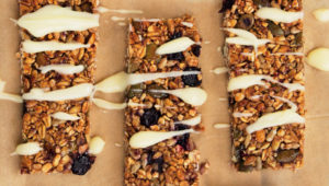 Blueberry, vanilla, cinnamon and yoghurt granola bars