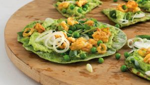 Spinach wraps with fried leeks and pea hummus
